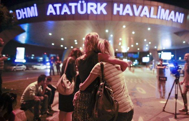 648x415_des-usagers-devant-l-aeroport-d-istanbul-frappe-par-un-triple-attentat-le-29-juin-2016